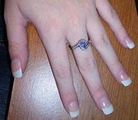 Les ongles de la main d'une jeune femme