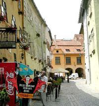 Une rue étroite dans le centre de Sighisoara en Roumanie