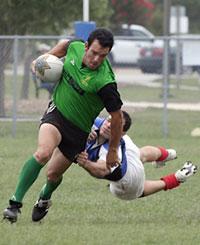 Un joueur de rugby qui tackle un autre joueur