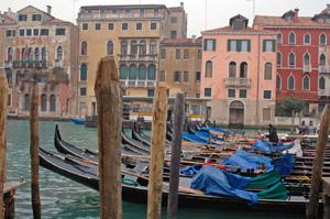 Italie: gondoles à Venise
