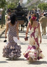 Deux femmes espagnoles qui marchent dans la rue