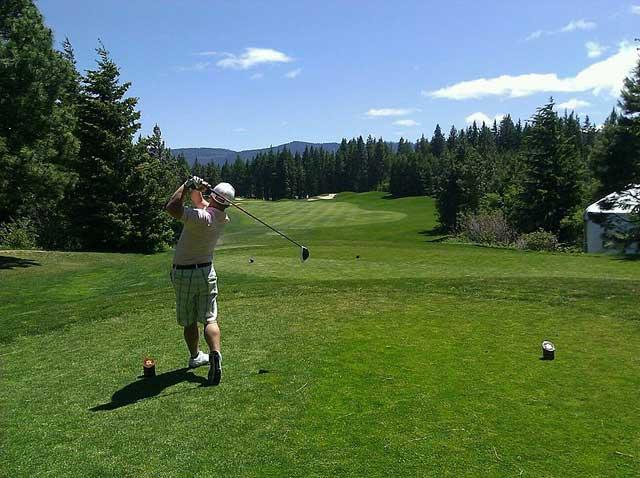 Un jouer de golf