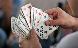 Une personne qui joue au tarot