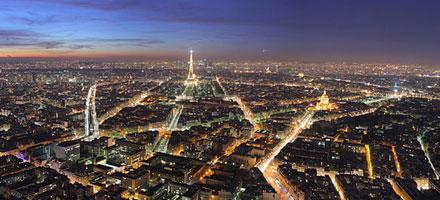 Une vue panoramique de Paris le soir
