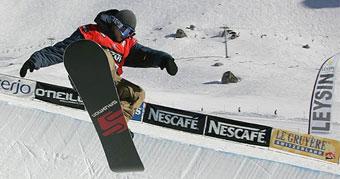 Un snowboarder en compétition